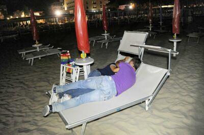 Spiagge al buio di notte a Rimini: multati sette bagnini