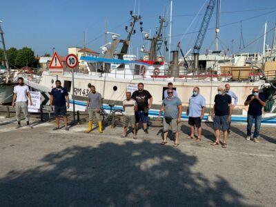 Sirene e cartelli: i pescatori di Rimini protestano contro l'eolico
