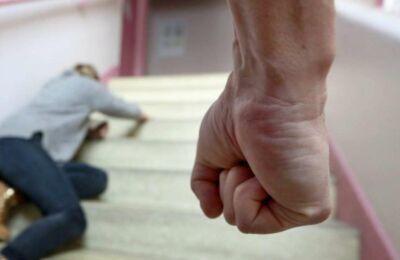 Rimini, botte e minacce a moglie e figli