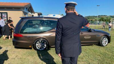 Ricordi e note al funerale di padre e figlia morti in scooter