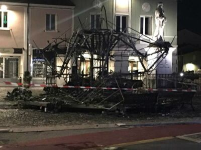 Cesenatico: il fuoco distrugge la giostra di piazza Pisacane
