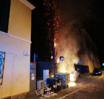 Cesena, vandali bruciano cassonetti vicino a monumenti