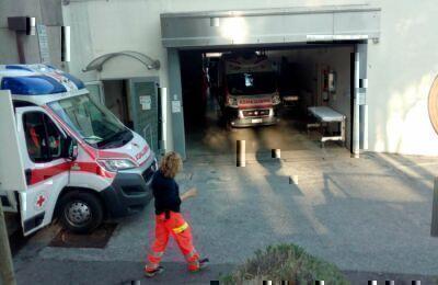 Schiaccia la moglie con l'automobile: salvata dai vicini a Cesena
