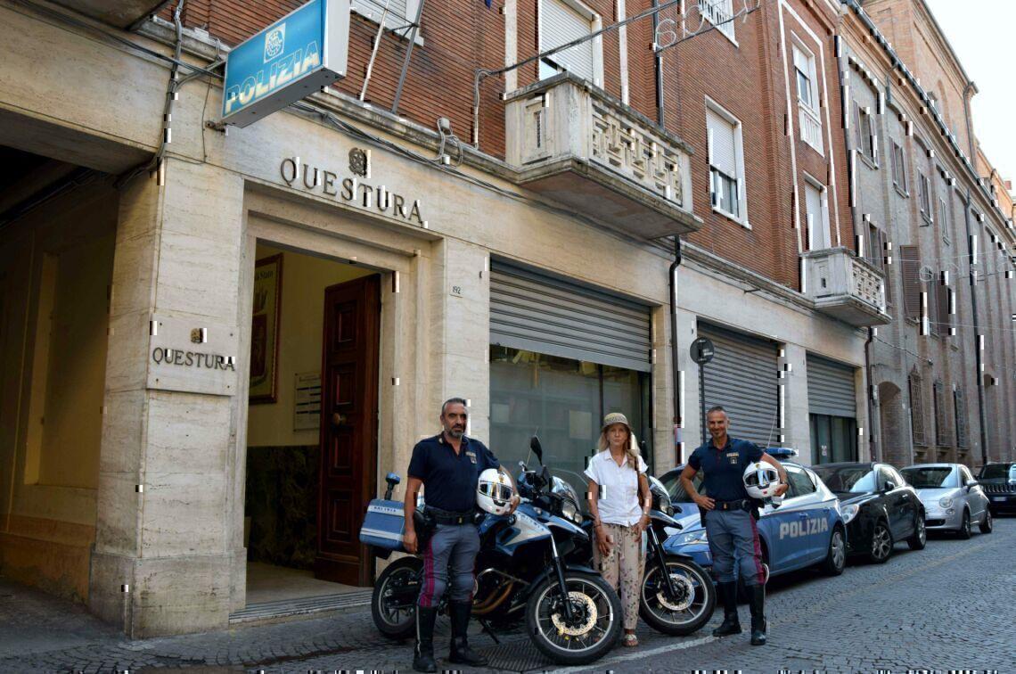 Col bimbo nel passeggino deruba una turista sul bus a Rimini
