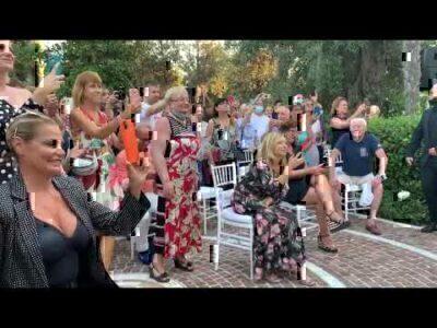 Al Bano canta Felicità, Simona Ventura fa il coro e lo filma